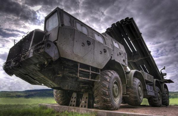 "BRIŠU SVE PRED SOBOM: Ruski sistemi ""Uragan"", ""Grad"" i ""Smerč"" istovremeno lansirali rakete (VIDEO)"