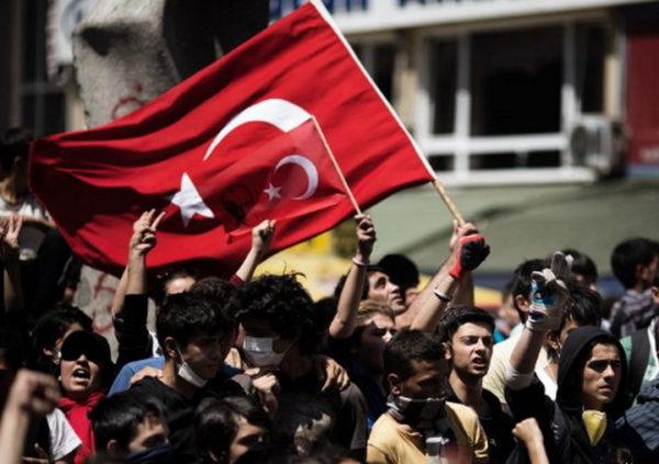 TURSKI NAROD USTAO PROTIV AMERIKE: Turci krenuli na američku vojnu bazu!