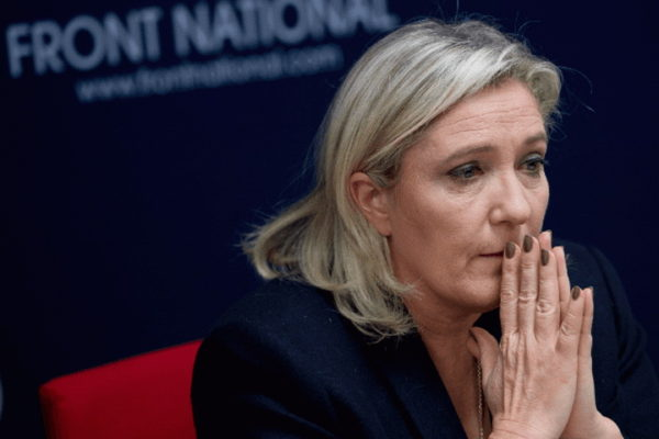MAJKA IH NAPUSTILA, ODRASTALA POD GVOZDENOM PESNICOM OCA: Ko je Marin Le Pen, najveći Makronov protivnik?