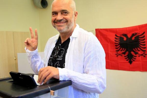 """U Albaniji ponovo pobedio socijalista Edi Rama koji smatra da je njegovoj zemlji """"potreban Bog"""""""