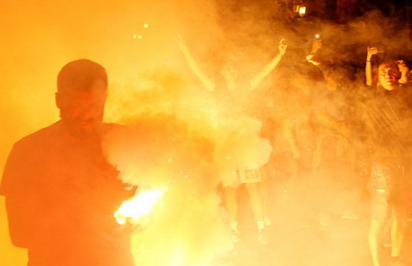 ВАНРЕДНА ВЕСТ – ХАОС У СКОПЉУ, ИЗБИЛИ СУКОБИ: Демонстранти носе македонске и руске заставе! Шок бомбе, камење и сузавац! (ВИДЕО)
