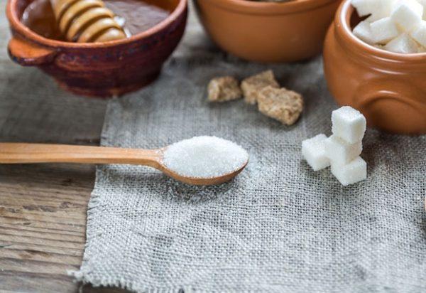 Evo zašto bi trebalo da ostavite kašiku šećera u dvorištu