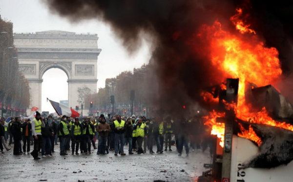 ФРАНЦУСКА НА НОГАМА: Сукоби демонстраната и полиције, има повређених! (ВИДЕО)