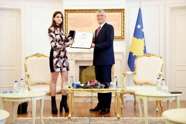 KOLIKO KOŠTA SRPSKO DOSTOJANSTVO? Srbi kupuju dukseve sa likom mlade Šiptarke KOJA PROPAGIRA VELIKU ALBANIJU