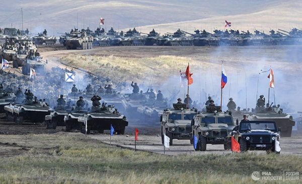 КОЛОНА ОКЛОПНИХ ВОЗИЛА БЕЗ КРАЈА: Масивни руски војни конвој стигао у Сирију! (ВИДЕО)