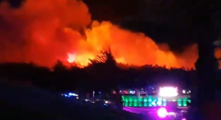 ГОРИ НАЈПОЗНАТИЈА ХРВАТСКА ПЛАЖА: Хиљаде људи беже, пожар гута све пред собом (ВИДЕО)