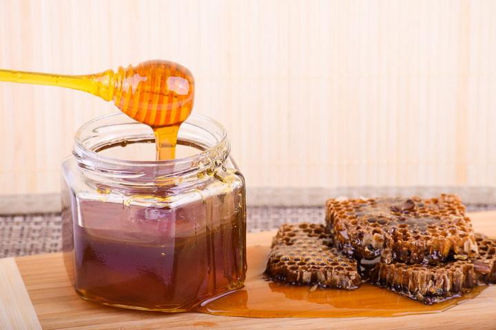 РУСКИ НАУЧНИЦИ ОТКРИВАЈУ: Ово је истина о меду!