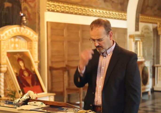 SVI U ČUDU: Američki ambasador se krsti sa tri prsta! (VIDEO)