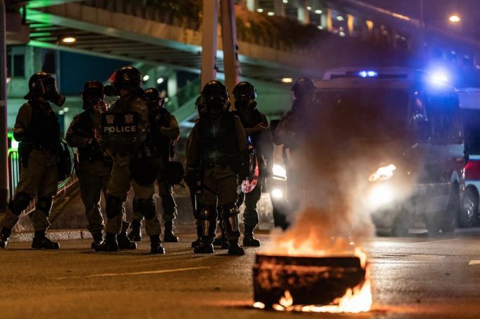 """СТАЊЕ У ХОНГKОНГУ ПРЕРАСТА У ПРАВИ РАТ! Студенти се наоружавају ЛУKОМ и СТРЕЛАМА: """"Kо убија, мора да плати главом!"""""""
