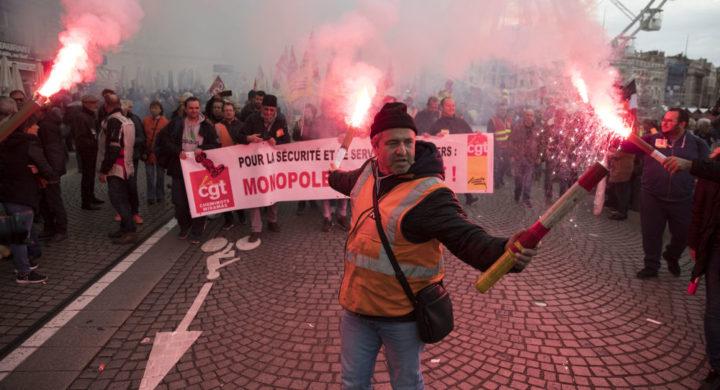 ФРАНЦУСКА ПОД БЛОКАДОМ: Почеле највеће демонстрације у последњих 25 година