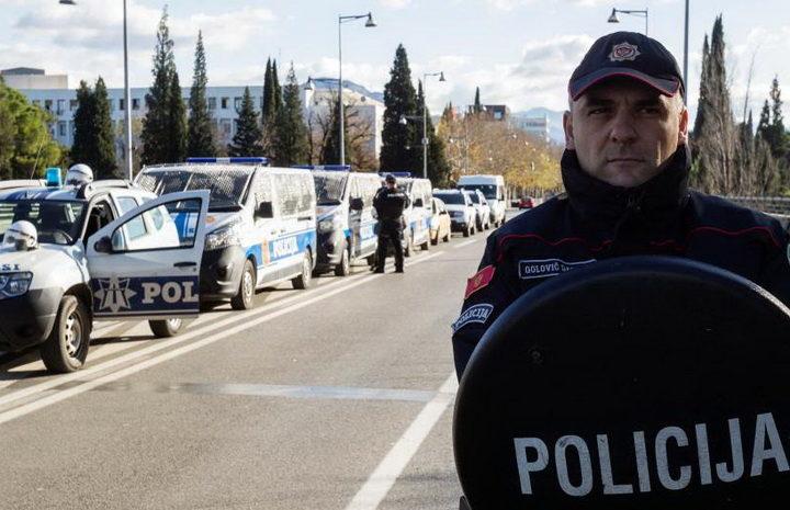 NAJVEĆA POLICIJSKA AKCIJA U ISTORIJI CRNE GORE: Čitava armija krenula na da skine jednu trobojku! (VIDEO)