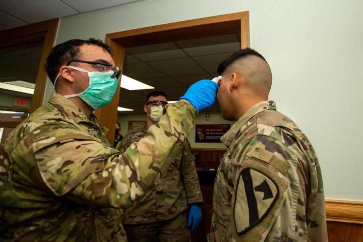 AMERIČKA VOJSKA ZNA NEŠTO ŠTO MI NE ZNAMO?! Evo kako se vojnici testiraju na koronu putem namirnice koju svi imamo u kući!