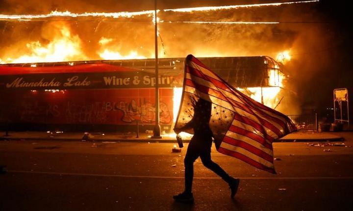 ГОРИ АМЕРИКА: Блокирана Бела кућа, каменовано седиште Си-Ен-Ена… Експлозије одјекивале широм земље (ВИДЕО)