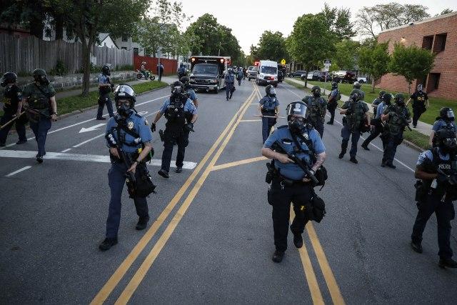 POTPUNI HAOS U AMERICI: Proglašeno vanredno stanje, GARDA NA ULICAMA, nemiri se proširili na druge gradove…