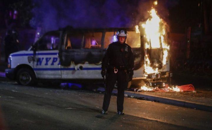 ОВО ЋЕ ТЕК ДА ЗАПАЛИ АМЕРИКУ: Демонстранти убили полицајца (ВИДЕО)
