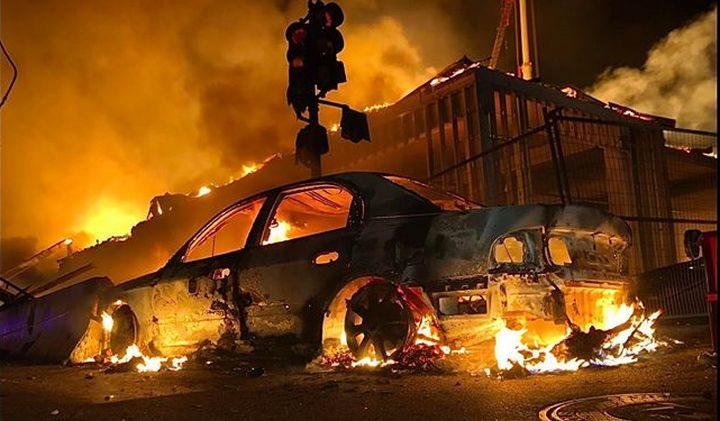АМЕРИЧКИ ГРАД У ПЛАМЕНУ: Рат полиције и народа (ФОТО/ВИДЕО)