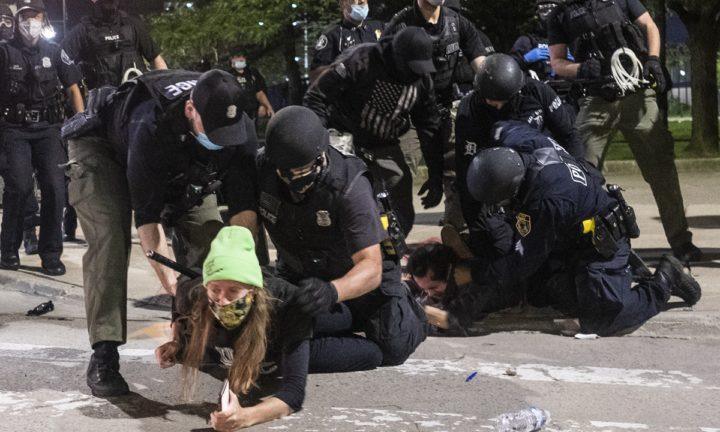 (UZNEMIRUJUĆI FOTO/VIDEO) UŽAS SE NADVIO NAD AMERIKOM, SUKOBI POSTAJU SVE KRVAVIJI: Huligani kamenuju i šutiraju, građani se brane mačevima!