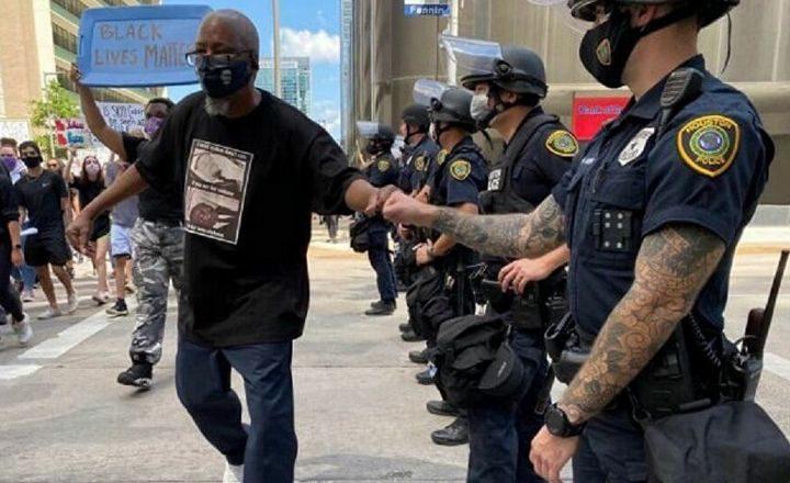 ГОРЕ ДРУШТВЕНЕ МРЕЖЕ: Амерички полицајац на протестима са тетоважом Русије! ТЕОРИЈЕ ЗАВЕРЕ, УМЕШАНОСТ РУСА У НЕРЕДЕ…