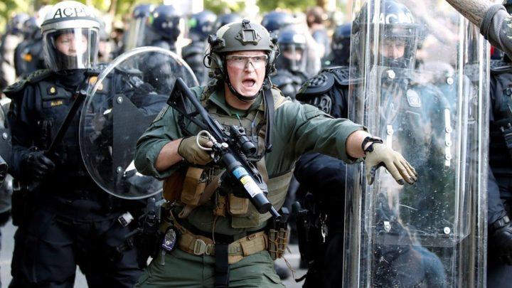 АМЕРИЧКИ ПОЛИЦАЈАЦ УБОДЕН У ВРАТ! Нетрпељивост грађана наставља да расте, нападачи рањени из ватреног оружја!