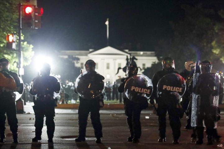 ХАОС У 140 ГРАДОВА У АМЕРИЦИ: Горело у близини Беле куће, ТАЈНЕ СЛУЖБЕ ЧУВАЈУ ТРАМПА! Сукоби са полицијом, велики број рањених! (ВИДЕО)