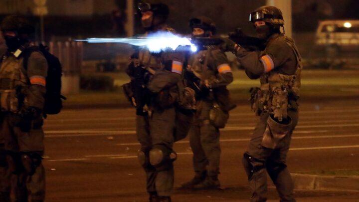 ПОЧЕЛИ сукоби демонстраната и полиције у БЕЛОРУСИЈИ