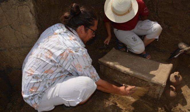 NEVEROVATNO OTKRIĆE U SRBIJI! Arheolozi u čudu, nisu mogli da veruju šta su pronašli kada su u kovčegu ugledali metalni listić