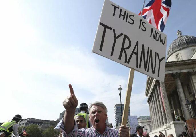 LONDON NA NOGAMA: Sukob policije i protivnika restriktivnih antikorona mera (FOTO)