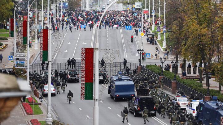 SUKOBI U BELORUSIJI: Napad `obojenih` na policijsku upravu Minska, Tihanovska objavila generalni štrajk