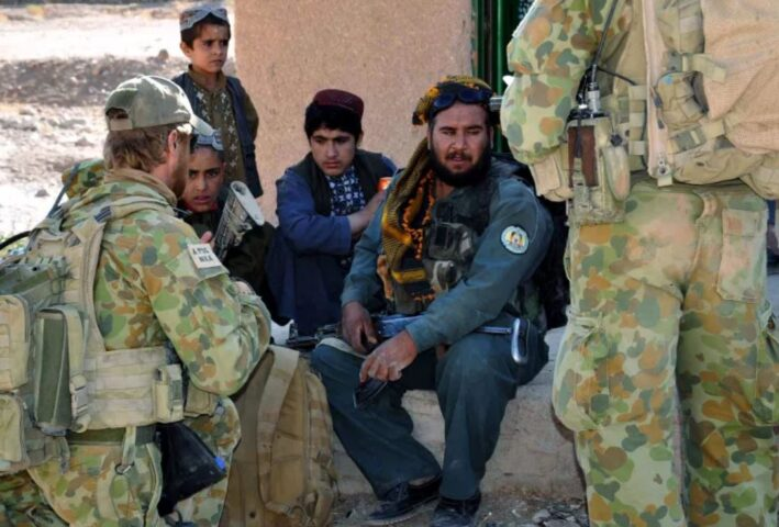 MONSTRUOZNA FOTOGRAFIJA AUSTRALIJSKOG SPECIJALCA! Iz veštačke noge mrtvog talibana PIJE PIVO! (UZNEMIRUJUĆI FOTO)