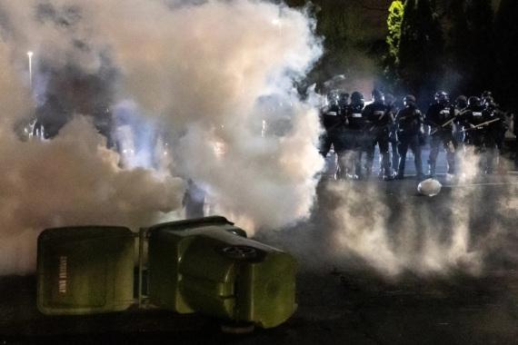 POTPUNI HAOS U AMERICI: Ubijen crnac! Demonstranti krenuli na policiju (VIDEO)