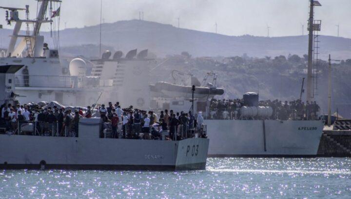 ИНВАЗИЈА МИГРАНАТА НА ИТАЛИЈУ: Надиру у таласима, острво Лампедуза у колапсу, искрцало се 2.500 људи